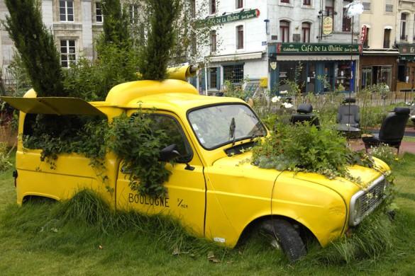 Grün erobert die Stadt zurück! Sogar vor ausrangierten Vehikeln macht die Flower-Power nicht halt. Ausgebaute Autositze werden zu Outdoormöbeln.