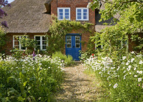 Wildromantisch und verspielt ist der Weg zu diesem Bauernhaus.