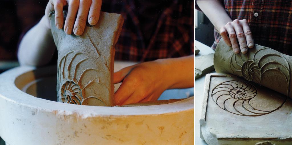 Mit einem Gipsstempel werden die Muster in die Tonplatten geprägt (rechts). Anschließend kommen diese in eine Gipsform, werden dort zusammengefügt und schließlich gebrannt