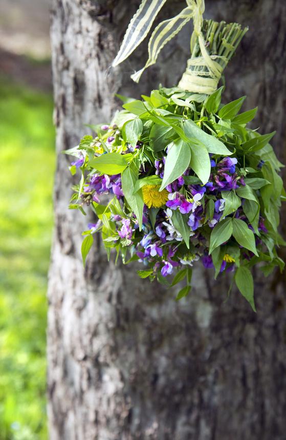 Wildblumenstrauss hängt am Baum