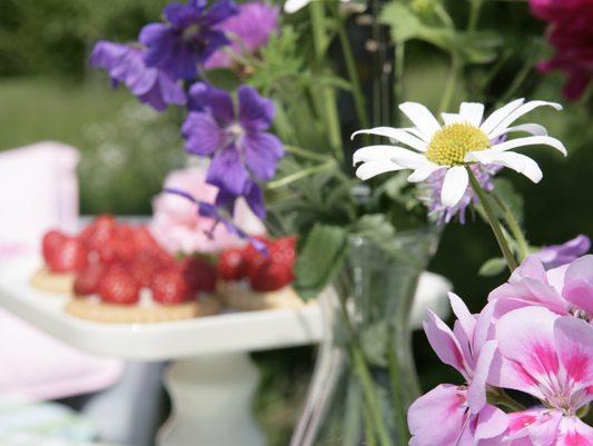 Lassen Sie sich beim Spaziergang durch den Garten oder über Blumenwiesen inspirieren und pflücken Sie bunte Kreationen. Den gesammelten Blütenmix einfach in schlichte Glasvasen füllen – schon ist die Blumendeko fertig!
