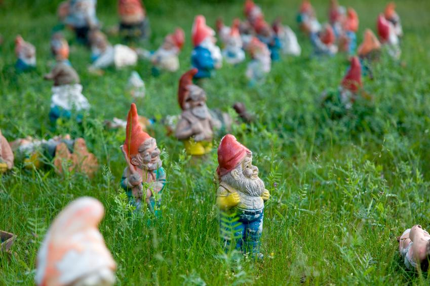 Liebe oder Abneigung: wer einmal die Gartenzwerg-Leidenschaft für sich entdeckt hat, bleibt selten bei nur einem Exemplar; oft entstehen sogar kleine Kolonien.