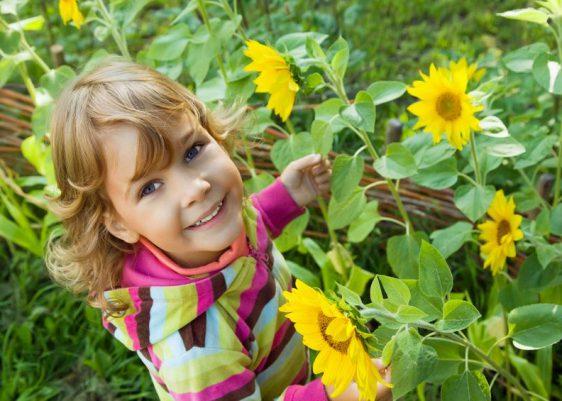 Mal reinschnuppern: Wie duften die Blüten der Pfingstrose, was raschelt da zwischen den Blättern und kann man das Gras wirklich wachsen hören? Im Garten gehen Spiel und Lernen nahtlos ineinander über.